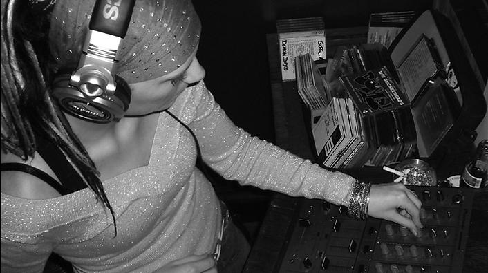 DJ Miss Deedy: Een decennium lang Vrienden. Grand Café Vrienden bestaat 10 jaar in 2014.