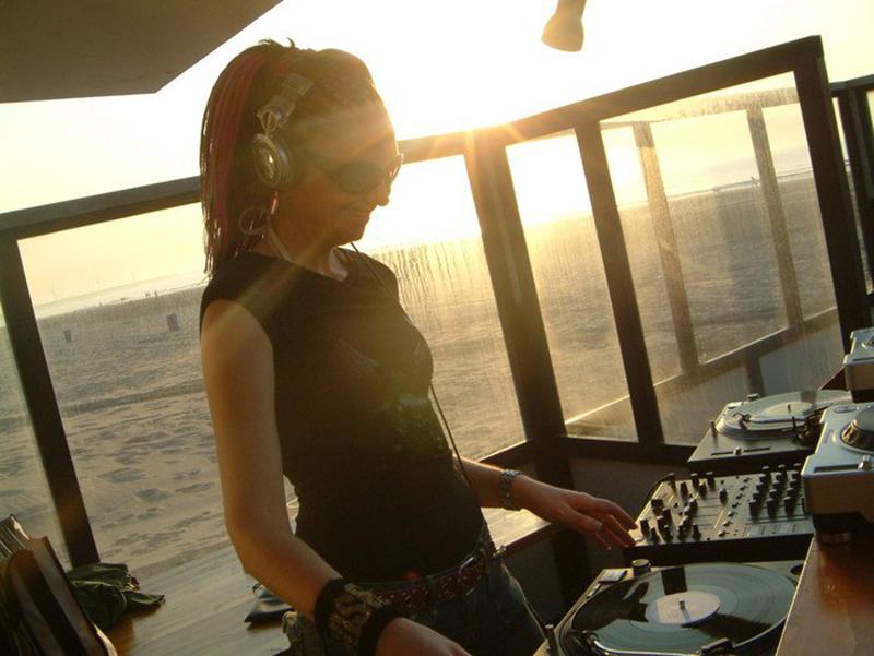 DJ Miss Deedy spinning vinyl