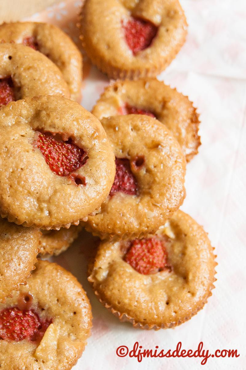 Appel-aardbeiencakejes, wie jarig is trakteert!