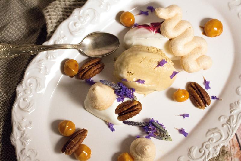 Saffraan ijs met rozenwater en gekarameliseerde macadamia's