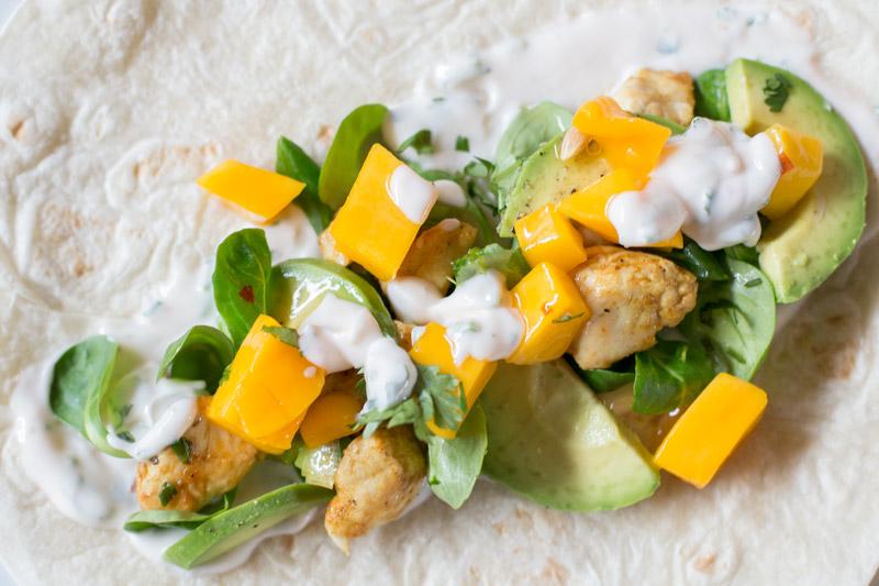 Wrap met gekruide kip, avocado en mango   www.deedylicious.nl