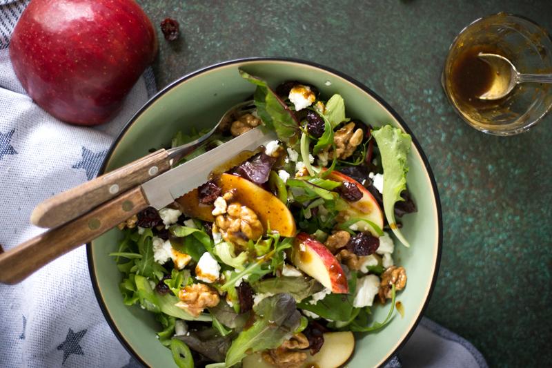 Salade met appel, gekaramelliseerde walnoten en cranberry's | www.deedylicious.nl