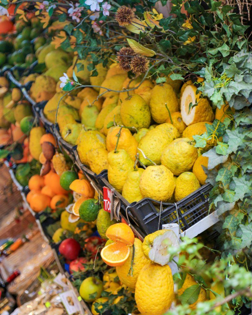 Siciliaande marktstal met citroenen