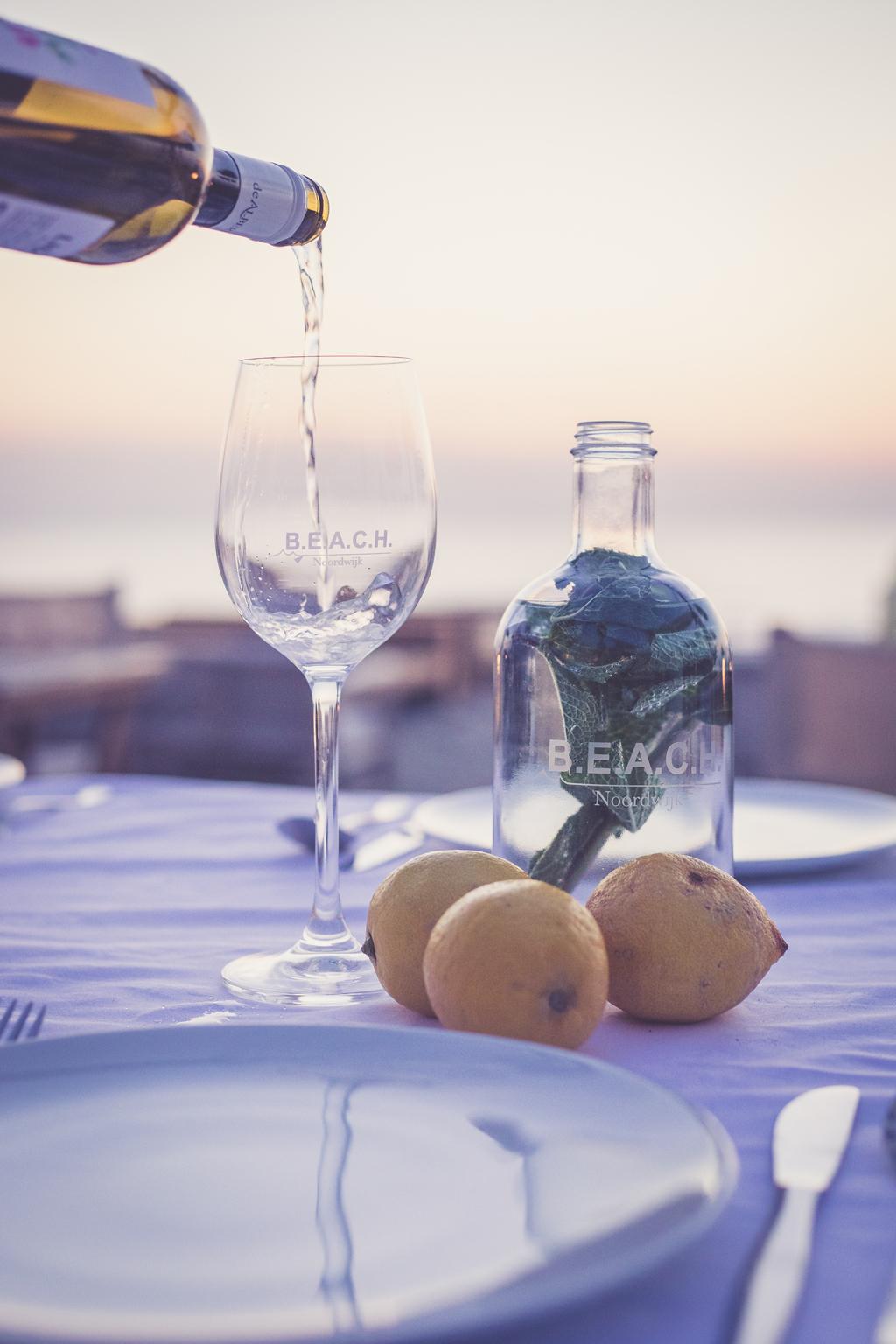 Wijn in schenken BEACH, tijdens een horecafotografie opdracht