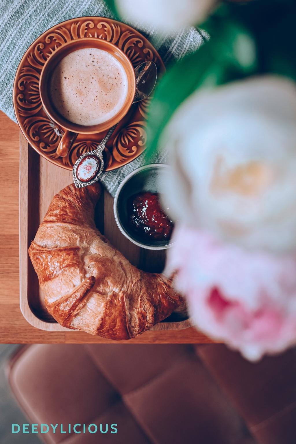 Croissant met koffie op tafel