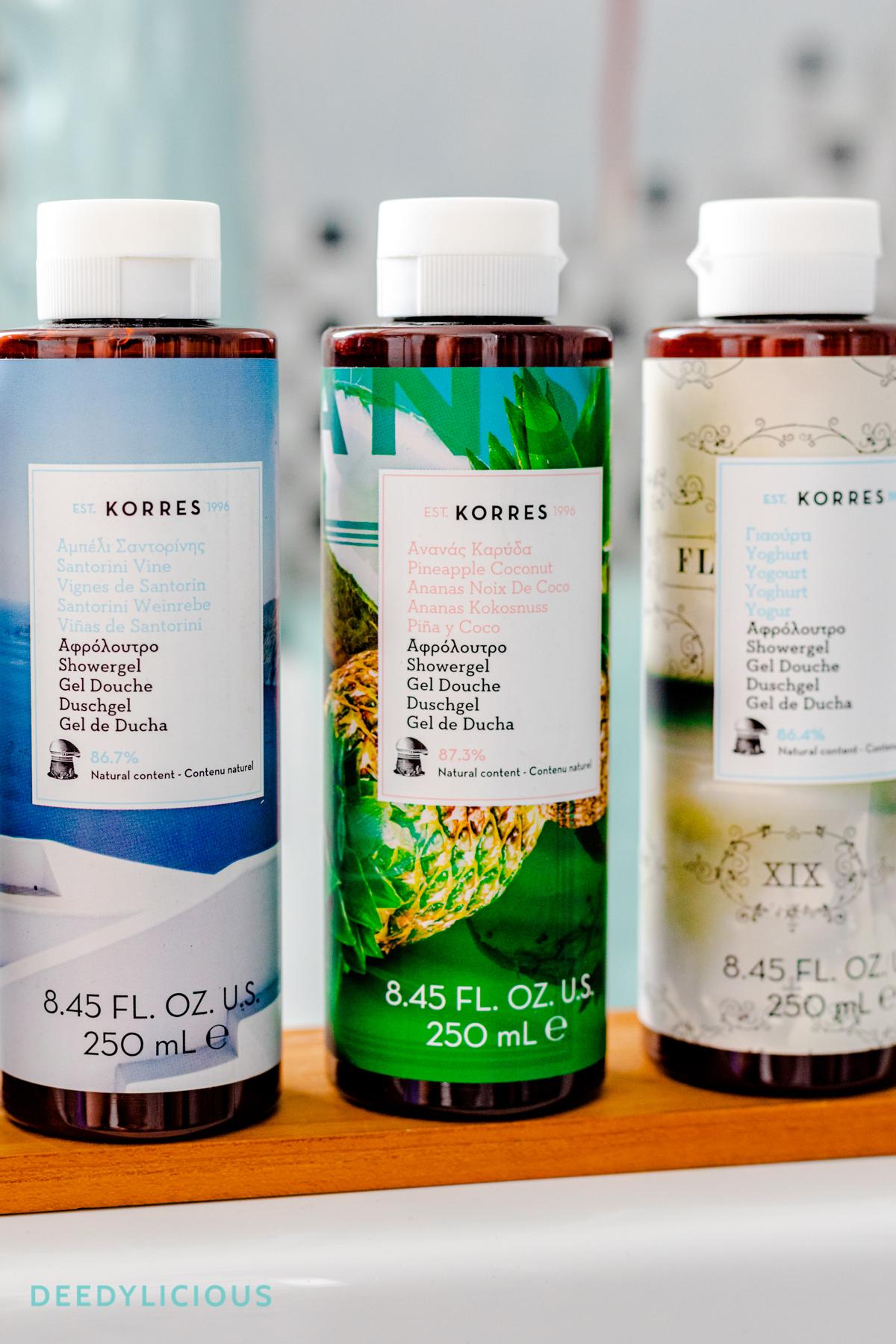 Verzameling Korres Douchegels op rand van bad