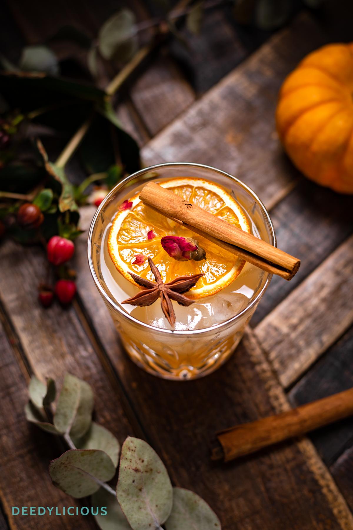 Glas met Pumpkin Spice Daiquiri cocktail met kaneelstokje bovenop