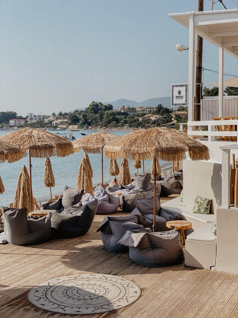 Uitzicht op zee vanuit beachclub Hamsa gelegen in Laganas op het Griekse eiland Zakynthos.